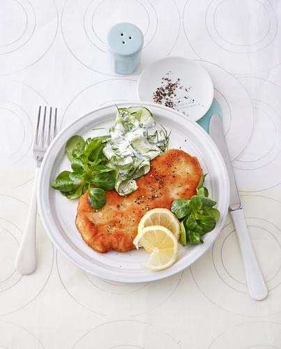Low-calorie Viennese escalope with cucumber salad