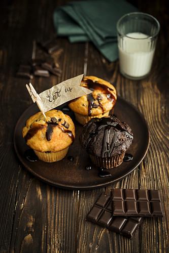 Vanille- und Schokoladenmuffins mit Schokostückchen und Papierfähnchen