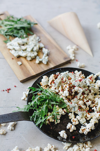 Popcorn with gorgonzola, caramel, red pepper and rocket