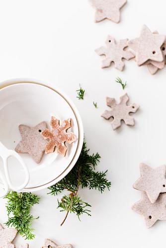 Lebkuchenplätzchen in Stern- und Schneekristallform als Weihnachtsbaumanhänger