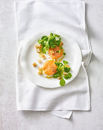 Salmon medallions with apple and horseradish cream