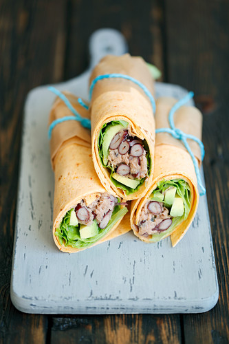 Tortilla wraps with avocado, tuna and red kidney bean salad