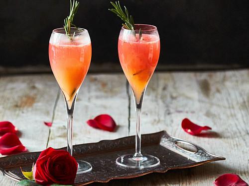 Fizz-Cocktail für Verliebte: Blutorangensorbet mit Champagner