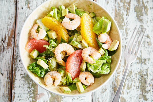 Avocado and orange salad with spicy shrimps