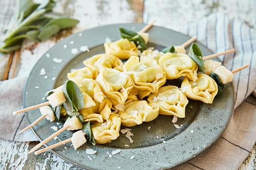 Tortellinispiesse mit Butter, Salbei und Parmesan