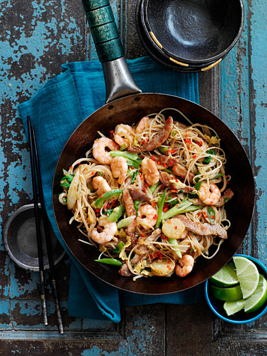 Stir fried noodles with shrimps and spring onions (China)