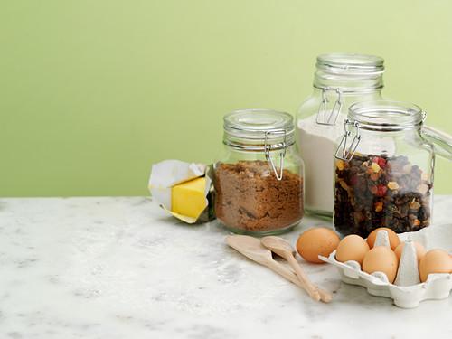 Backzutaten: Butter, Zucker, Eier, Trockenfrüchte und Mehl