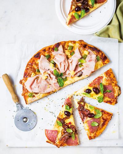Pizza mit Salami, Ananas und Oliven