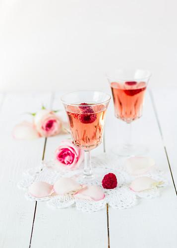 Zwei Gläser Himbeer-Rosen-Sekt