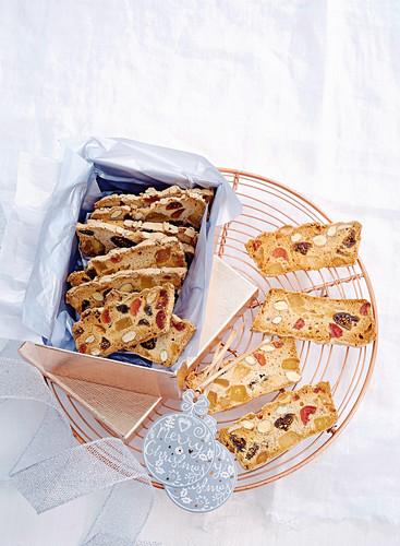 Weihnachts-Biscotti mit Mandeln und Trockenfrüchten in Geschenkschachtel
