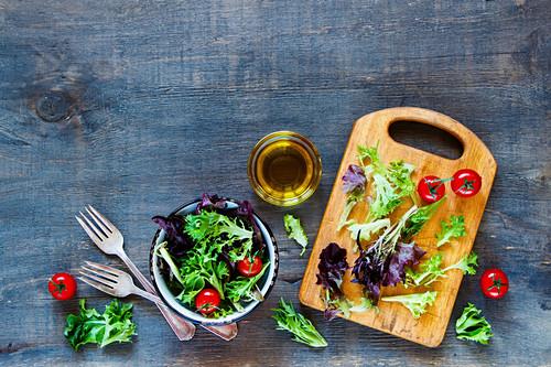 Salat mit Tomaten und Olivenöl