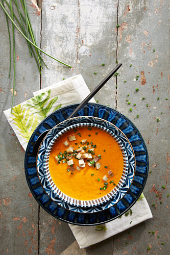 Pepper and tomato cream soup with chives