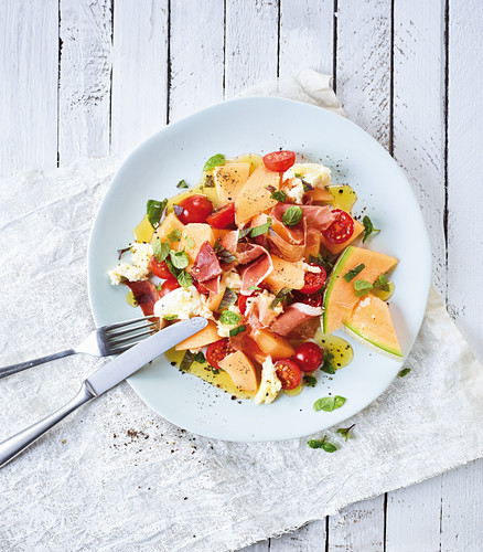 Melon salad with ham and tomatoes (low carb)