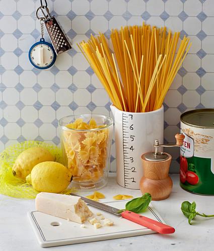 Pasta, Parmesan, Zitronen und Dosentomaten in der Küche