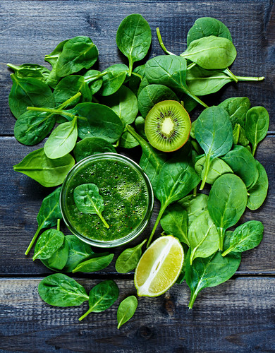 Grüner Smoothie mit Gemüse und Früchten (Aufsicht)
