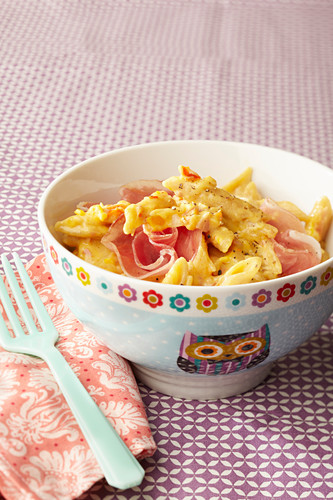 Pasta with ham, peppers and alpine cheese