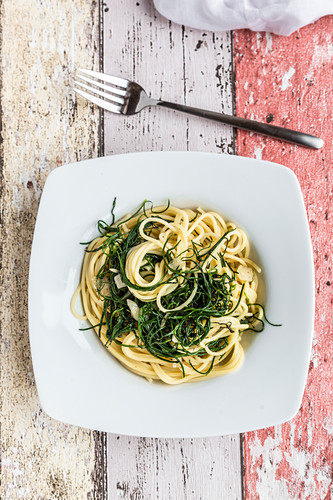 Spaghetti with monk's beard and garlic