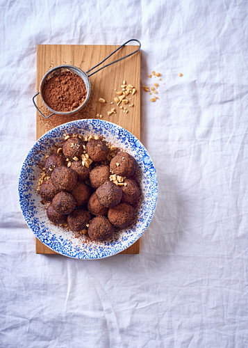 Energy balls with peanut butter, almonds and cocoa