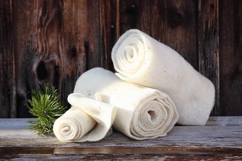 Wollwickel aus Schafwolle für die Schmerzbehandlung