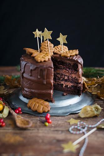 Veganer Lebkuchen-Schichtkuchen mit Schokoladenglasur, angeschnitten