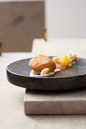 Scallops with cauliflower and citrus fruits