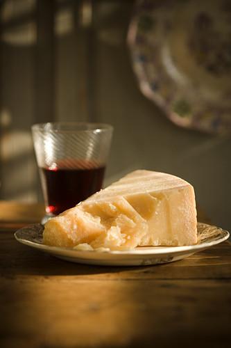Parmesan und ein Glas Rotwein