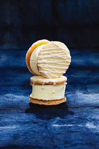 Zwei Marshmallow-Keks-Sandwiches