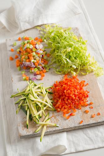Kleingeschnittenes Gemüse auf Holzbrett