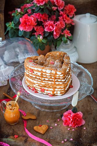 Valentinstags-Schichtkuchen in Herzform aus Honigkuchen und Sauerrahm