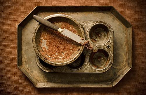 Vintage Backformen und Messer mit Schokolade