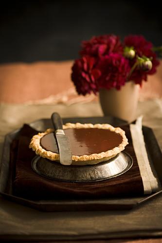 Chocolate Pudding Pie mit Messer