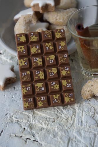 Eine Tafel Vollmilchschokolade als Adventskalender