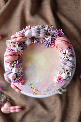 A berry cake with white chocolate and macaroons (seen from above)