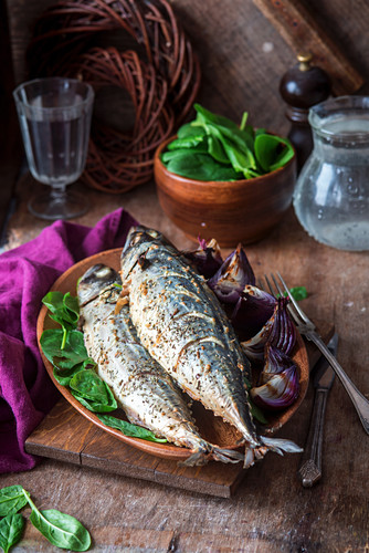 Roasted mackerel with red onions