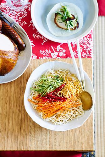 Weihnachtsnudeln mit Karotten und Gurke als Beilage zum Truthahnbraten