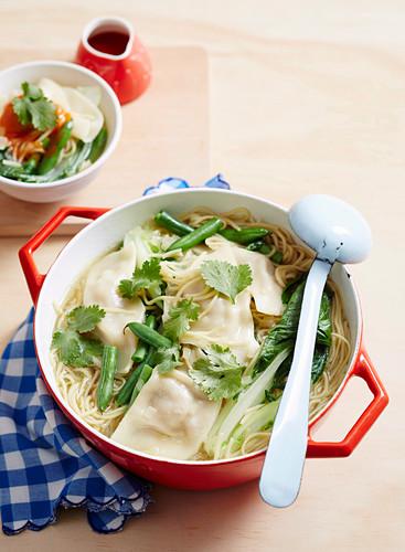 Asiatische Nudelsuppe mit gefüllten Nudeltäschchen