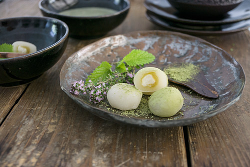 Mochi with green tea (Japanese rice cakes)