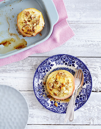 Baked apple with a quark and nut filling (low carb)