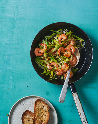 Fried prawns with leek and grilled bread
