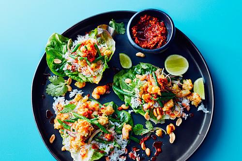 Garnelen-Larb mit Chilimarmelade, Reis und Erdüssen in Salatblättern