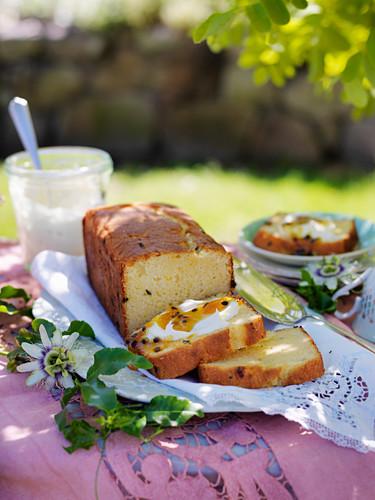 Passionsfrucht-Kuchen mit Orangenblüten-Sirup
