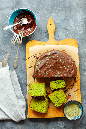 Spinach cake with chocolate