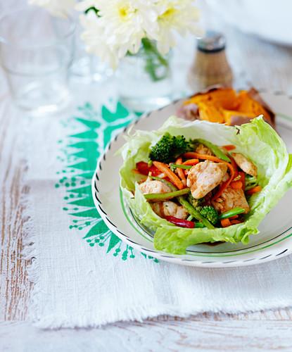 Knuspriger Hähnchensalat mit Brokkoli, Karotten und grünen Bohnen