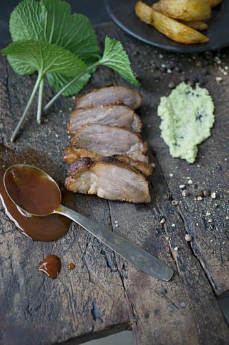Gegrilltes Schweinefleisch mit Wasabi und Barbecuesauce