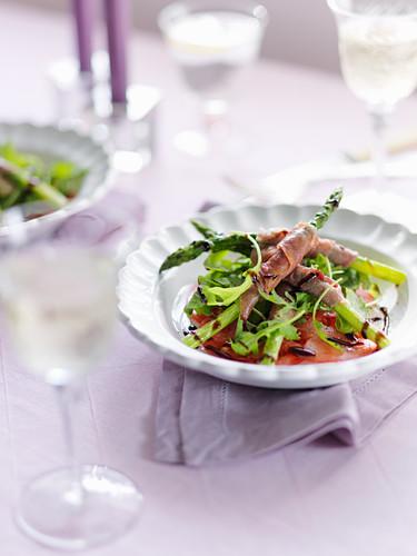 Spargel mit Parmaschinken, Rucola, Tomaten und Balsamico