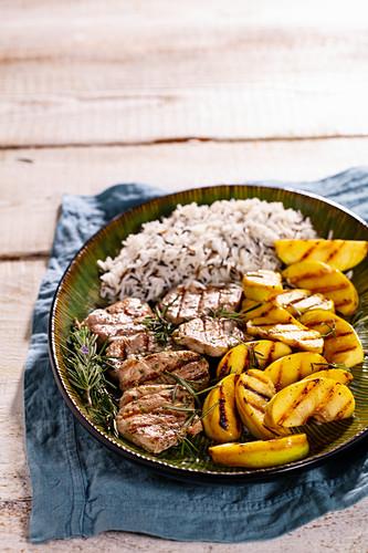 Schweinemedaillons und Pfirsiche vom Grill mit Reis