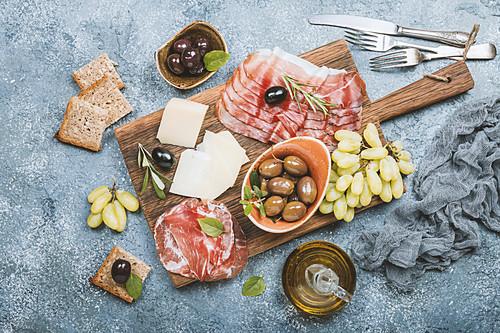 Antipasti-Platte mit Prosciutto, Salami, Käse und Oliven (Italien)