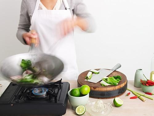 Gemüse im Wok zubereiten