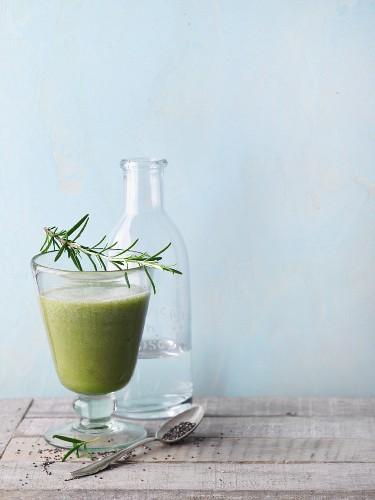 Grüner Smoothie mit Melone, Eichblattsalat, Chia und Kräutern