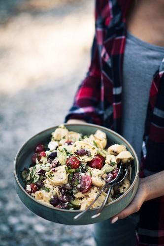 Tortellinisalat mit Gemüse zum Picknick am Flussufer